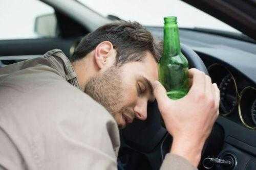 Распитие алкоголя в припаркованной машине