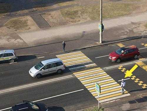Пешеход заступил на проезжую часть встречной полосы движения